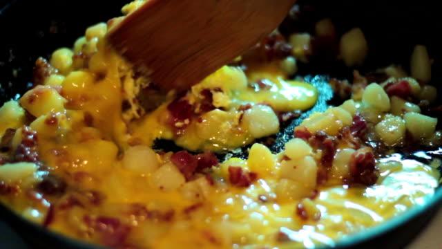 vídeos de stock, filmes e b-roll de omelete - ovo mexido