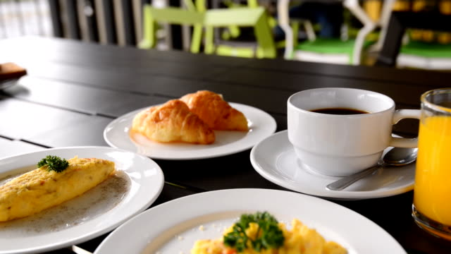 vídeos de stock, filmes e b-roll de omeletes, servido com café-da-manhã - ovo mexido