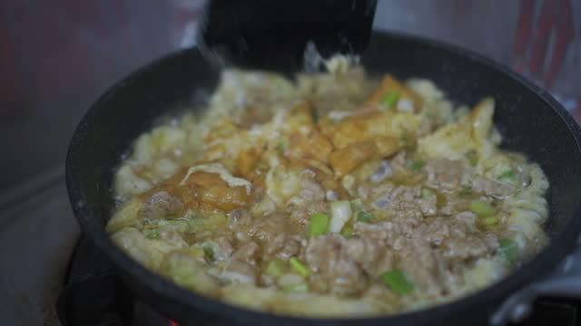 vídeos y material grabado en eventos de stock de tortilla de cerdo agrio - huevos fritos de un solo lado