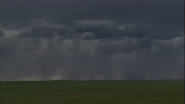 vídeos y material grabado en eventos de stock de ominous clouds dump rain across the steppes in mongolia. available in hd. - estepa