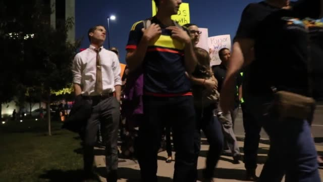vidéos et rushes de on about 200 people gathered in downtown dallas outside 1100 commerce st dallas texas 75242 the group was showing support for the water protectors in... - culture des indiens d'amérique du nord