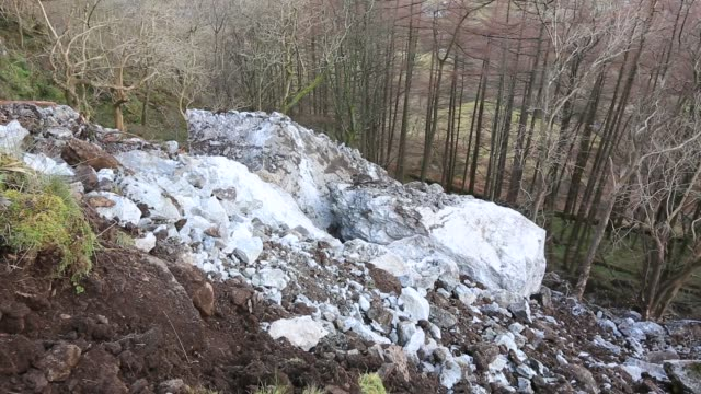 on 26th november 2018, a large portion of castle rock in thirlmere collapsed, taking 500 tonnes of rock down the fellside. a crack had been growing in the crag for over ten years. lake district, uk. - boulder stock videos & royalty-free footage