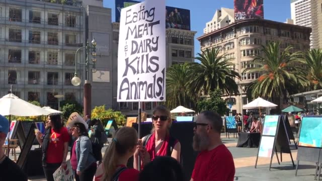 vídeos de stock e filmes b-roll de on 7/22/2017, there was a march in san francisco to close all slaughterhouses at union square. - pratos vegetarianos