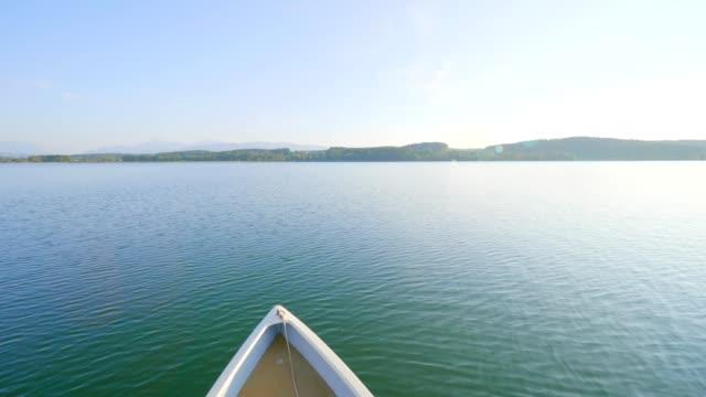auf einem boot am waginger see, bayern, deutschland bei sonnenuntergang - ruhige szene stock-videos und b-roll-filmmaterial