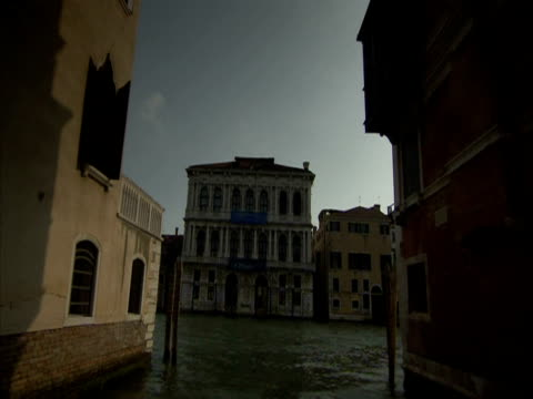 vidéos et rushes de pov, on a canal boat navigating through narrow canal, joining the canal grande, venice, italy (sound available) - étroit
