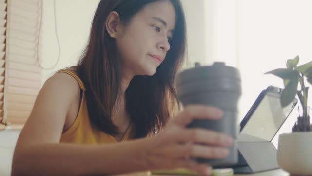 自宅で仕事をしながらコーヒーブレイクに - 再生利用点の映像素材/bロール