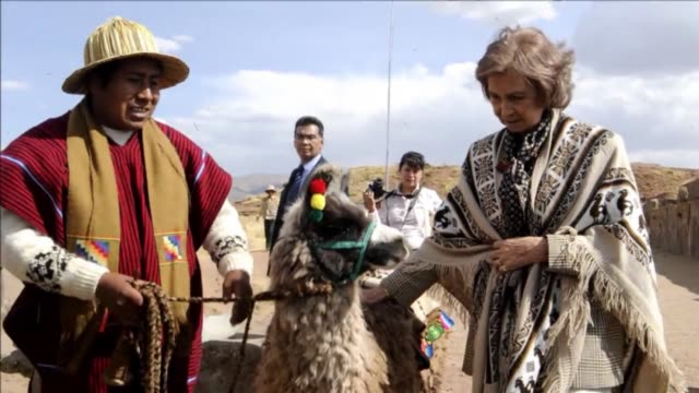 on a fiveday trip to bolivia queen sofia of spain has visited the tiawanaku archaeological site clean queen sofia of spain on visit to bolivia on... - archäologie stock-videos und b-roll-filmmaterial