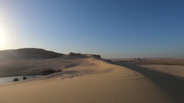vidéos et rushes de sur une dune de sable en egypte - parc national