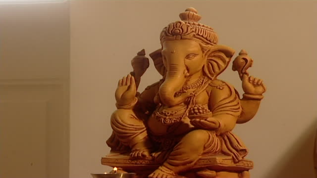 vidéos et rushes de on a statue of ganesh. ganesh is revered as the remover of obstacles, patron of arts and sciences and deva of intellect and wisdom in hinduism. - dieu