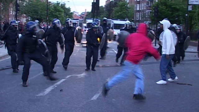 vidéos et rushes de on a third night of riots across london the latest outbreak of violence began in broad daylight in hackney, east london. jason farrell reports... - hackney