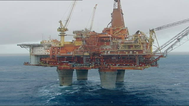 mary nightingale report on the effects of the oil industry on norway itn lib norway north sea statfjord b oil platform ext oil platform workings... - tauwerk stock-videos und b-roll-filmmaterial