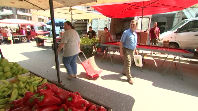 vidéos et rushes de greek market and cherry farm greece near thessaloniki ext greek market various vegetables on display and people buying produce / woman buying peppers... - piment