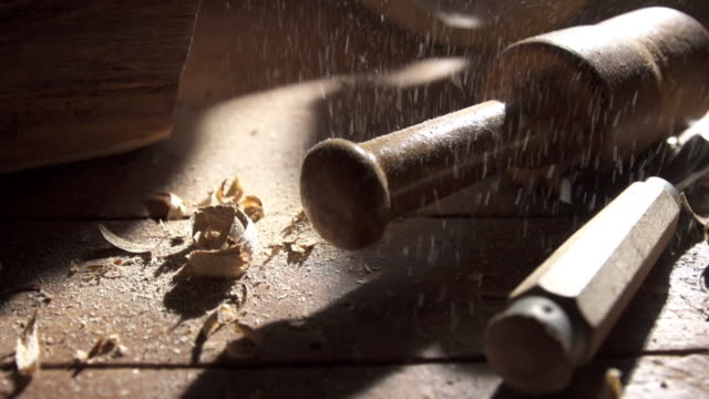 stockvideo's en b-roll-footage met pan on dust and tools to sculpt wood - snijwerk