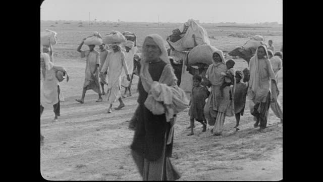 on foot migration of muslims after the partition of india - anno 1947 video stock e b–roll