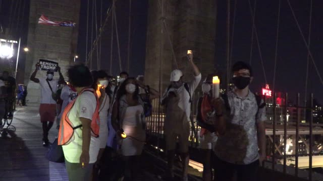 on friday, august 21 several hundred demonstrators gathered at the barclay's center in brooklyn and marched across the brooklyn bridge as a vigil to... - 追悼行事点の映像素材/bロール