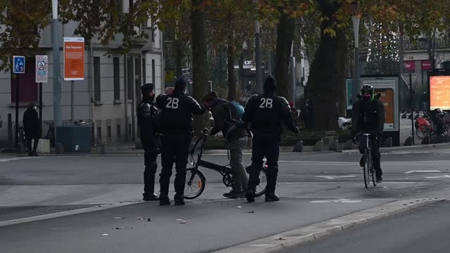 stockvideo's en b-roll-footage met on friday, november 27 a thousand people demonstrated in nantes to defend liberties and denounce the global security law passed by the national... - artikel