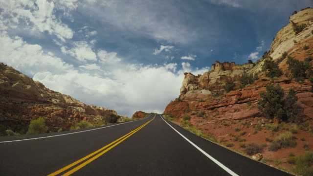 pov auf grand staircase escalante national monument, highway 12 - felswand stock-videos und b-roll-filmmaterial