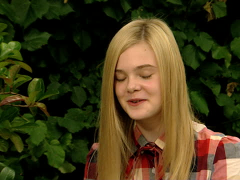 stockvideo's en b-roll-footage met on her relationship with stephen dorff bonding with stephen interview elle fanning at villa foscari on september 05 2010 in venice italy - stephen dorff