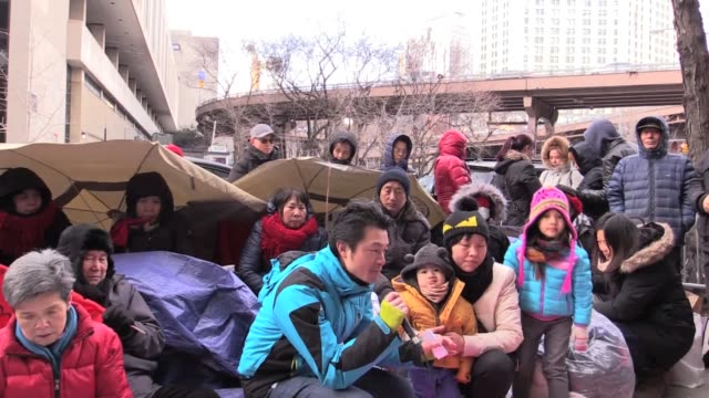 on january 18 at 2am tenants were evicted by landlord john betesh from 85 bowery with no warning a 3 day old baby and a 90 year old grandmother among... - 立ち退き点の映像素材/bロール