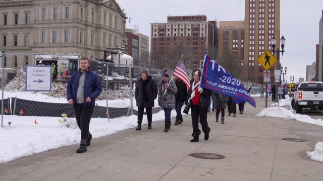 vidéos et rushes de on january 6 a gathering of trump supporters gathered on the capitol steps and then marched around the capital several times. - lansing
