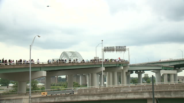 wreg on july 10 a group part of the black lives matter movement in memphis marched across the city and onto the i40 bridge to protest the deadly... - memphis tennessee stock-videos und b-roll-filmmaterial