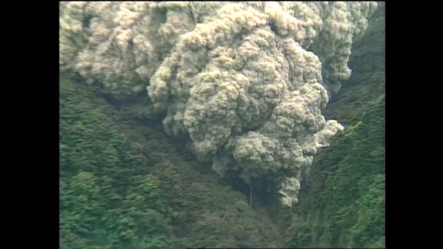 on june 3 mount unzenfugendake violently erupted with pyroclastic flows - vulkanlandschaft stock-videos und b-roll-filmmaterial