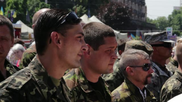 stockvideo's en b-roll-footage met on kievs independence square the pro ukrainian donbass militia seeks new recruits to go and fight in the east of the country - rekruut