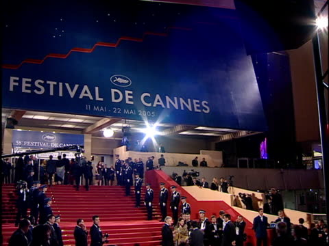 stockvideo's en b-roll-footage met ecu on logo zo to ws of festival de cannes awning over staircase leading to the great theater entrance paparazzi camera crews police line red carpet... - filmfestival