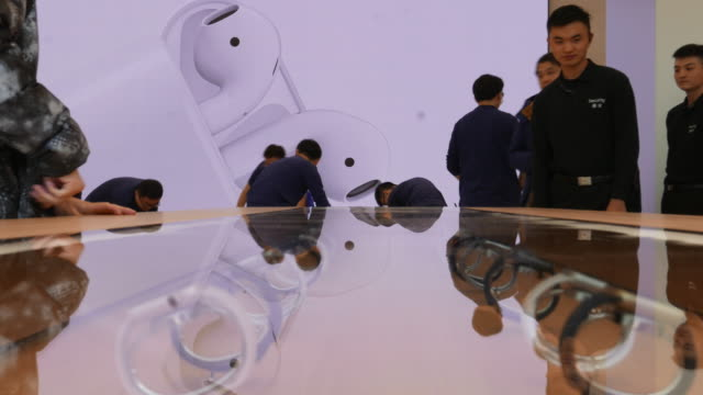 vídeos y material grabado en eventos de stock de on march 25 apple opened 3 new retail shops one located in nanjing jinmao plaza which is the third apple shop in nanjing city - sala de muestras