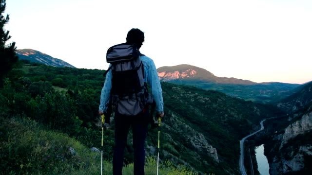 vídeos y material grabado en eventos de stock de en la cima de la montaña - mochila bolsa