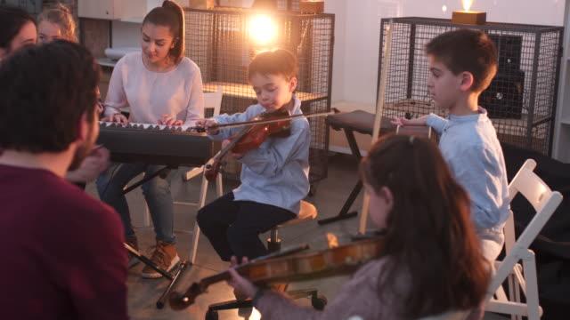 vídeos de stock, filmes e b-roll de na aula da escola de música - violão acústico