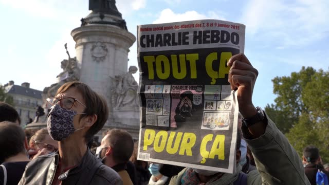 on october 18, 2020 in pari, a french man hold a cartoon which was on the charlie hebdo cover after the wave of islamist violence in 2015 sparked by... - satira video stock e b–roll