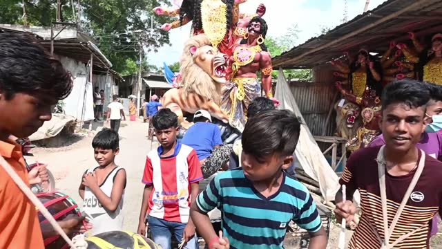 """on october 21 in bengal's biggest festival begins, the calcutta high court today eased its order that declared durga puja pandals """"no-entry zones""""... - größter stock-videos und b-roll-filmmaterial"""
