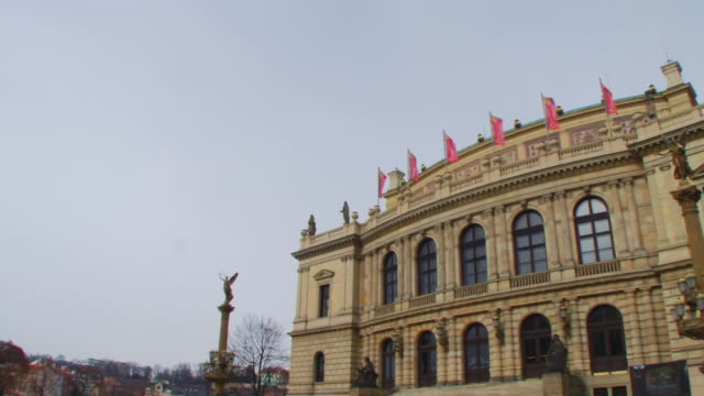 stockvideo's en b-roll-footage met ws, pan on opera prague czech republic - praag oudestadsplein
