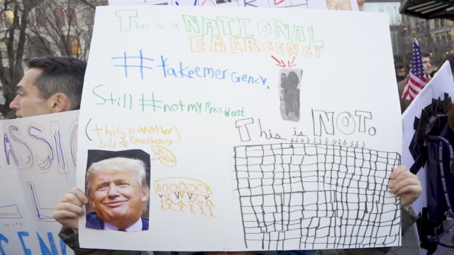 on president's day protesting donald trump's national emergency declaration to build a wall along the southern border of the united states and the... - 国境点の映像素材/bロール