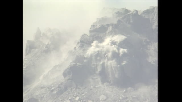 on september 15 the volcanic activity at mount unzenfugendake generated the third pyroclastic flow the largest scale - vulkanausbruch stock-videos und b-roll-filmmaterial