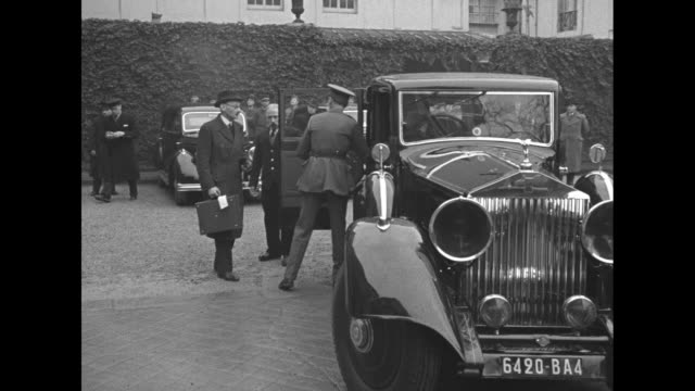 stockvideo's en b-roll-footage met on steps in front of building french prime minister edouard daladier shakes hands with british general william ironside chief of imperial general... - generaal militaire rang