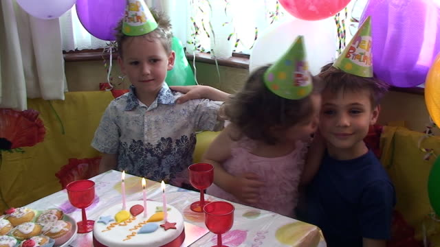 stockvideo's en b-roll-footage met on the birthday party - zus