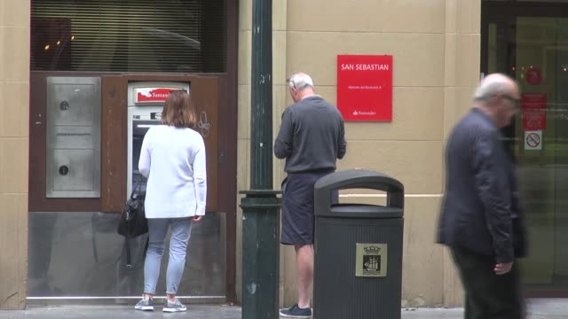 vidéos et rushes de on the edge of the old town, a tourist magnet. with people walking past and other withdrawing money from the atm. people using mobile phones. bank... - billet de banque euro