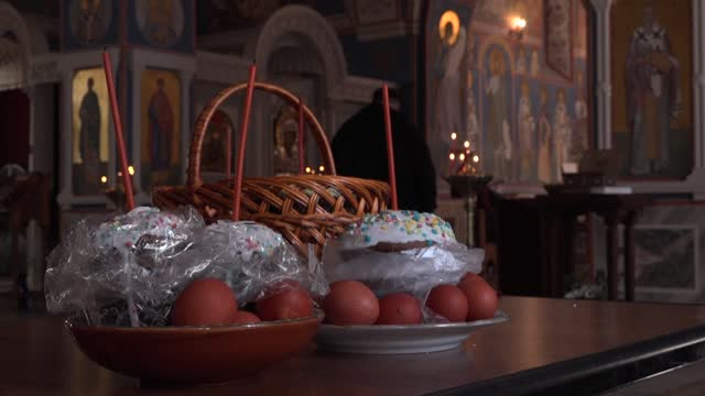 vídeos de stock e filmes b-roll de on the eve of orthodox easter, people bring eggs and cakes to a church in the russian capital of moscow for a priest's blessing after the morning mass - benção