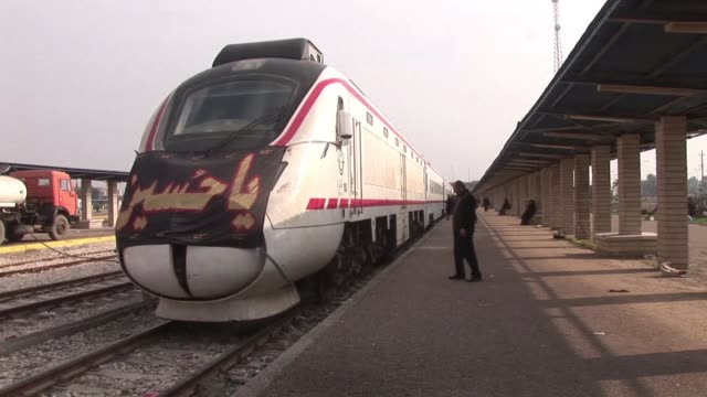 on the eve of the shiite religious festival arbaeen which commemorates the 7th century martyrdom of imam hussein special train services were added... - basra video stock e b–roll