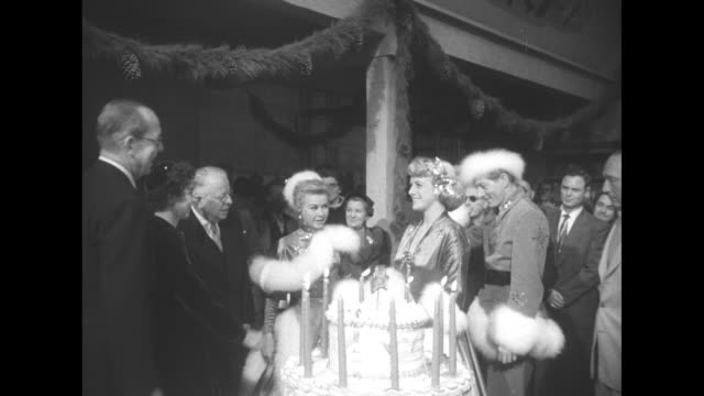 """vídeos de stock e filmes b-roll de on the film set of """"white christmas,"""" king paul and queen frederica shake hands with actress rosemary clooney and actor danny kaye as actress... - paul kaye"""