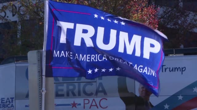 on the final day of the campaign republican presidential candidate donald trump is making 5 campaign stops once again hosting a rally in the... - carolina del nord stato usa video stock e b–roll