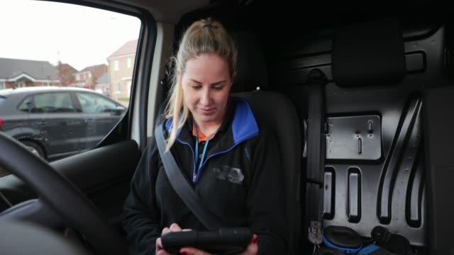 stockvideo's en b-roll-footage met op de go-kantoor - bestelwagen