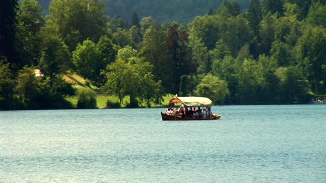 vídeos de stock e filmes b-roll de hd: no lago do bled - lago bled