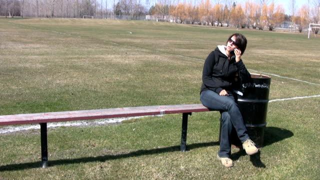 vídeos de stock, filmes e b-roll de no telefone - só uma mulher madura
