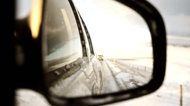 車の後部ミラーからの道で - アウトドア点の映像素材/bロール