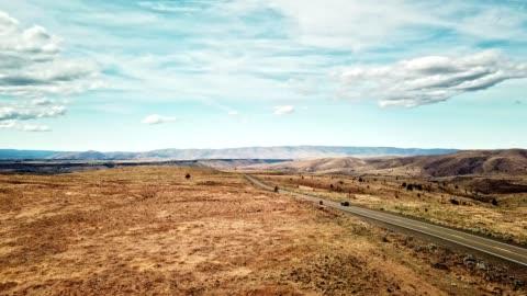 stockvideo's en b-roll-footage met op de weg in de droge south dakota aan de grens met wyoming - wyoming