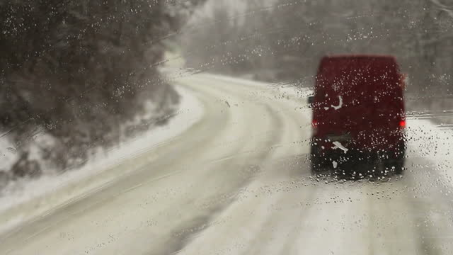 冬の道路で - winter点の映像素材/bロール