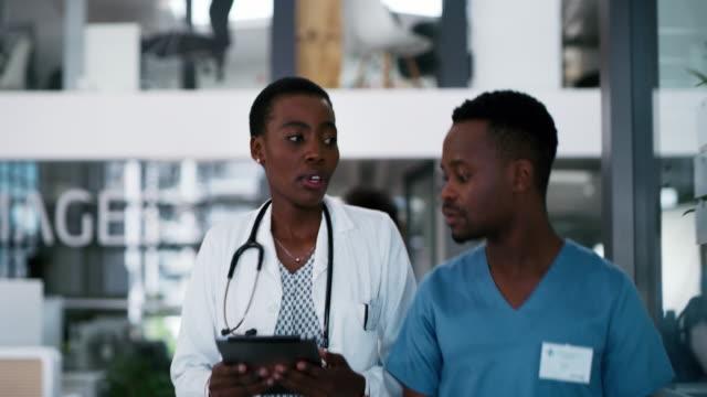 stockvideo's en b-roll-footage met op weg om meer levens te redden - operatiekleding